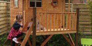 medinis namelis žaidimui lauke